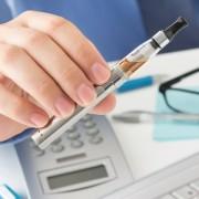 E-Zigarette und Hand
